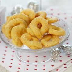 Oppskrift på Berlinerkranser Norwegian Christmas, Norwegian Food, Onion Rings, Fruit Salad, Christmas Cookies, Biscuits, Cinnamon, Cereal, Tin