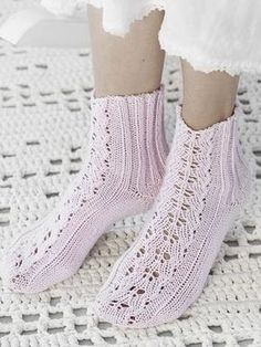 Flätmönstrade sockor i Novita Jussi Lace Socks, Wool Socks, Knitting Socks, Baby Knitting, Crochet Slippers, Knit Crochet, Little Cotton Rabbits, Knit Shoes, Summer Knitting