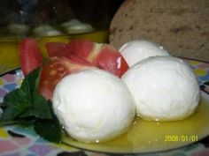 Recept: Domácí jogurtový sýr marinovaný v oleji a bylinkách na Labužník.cz Home Canning, Homemade Cheese, How To Make Cheese, Paleo, Dairy, Food And Drink, Butter, Cooking Recipes, Ice Cream