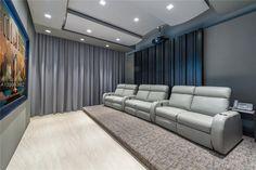 34 La Gorce Circle in Miami Beach, Florida Movie Theater Miami Beach, Cool Mansions, Mansions Homes, Bel Air Mansion, Modern Miami, Futuristisches Design, Miami Houses, Interior Architecture, Interior Design