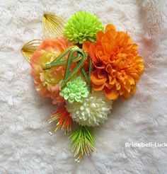 縦約21cm×横約17cmです。大きさは前後致します。お花はすべて造花です。造花・・・ダリア・マム・ミニマム・ミニピオニー手作り・・・松竹・羽(水引)です。コーム付きです。ご注文後3日ほどで発送可能と…