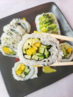 Vegetarian Sushi Rolls, Sushi Roll Recipes, Vegetarian Meals, Avocado Rolls Sushi, Cucumber Rolls, Asian Foods, Asian Recipes, Ethnic Recipes, Mango Sushi