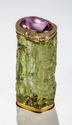 An important carved heliodor beryl jewellery box with diamonds and kunzite. Idar Oberstein, Manfred Wild. Green beryl (2021 ct). Sides set in 18kt yellow gold (102 gr.) Faceted kunzite lid (190.15 ct) surrounded by 239 brilliants (2.54 ct). Border set with 69 rose diamonds.