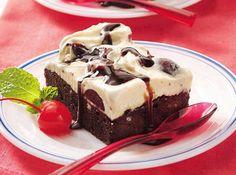 1 pacote(s) de massa pré-pronta de brownie  - 1 colher(es) (chá) de essência de baunilha  - 4 copo(s) de sorvete de baunilha  - 340 gr de cereja cortada(s) ao meio  - quanto baste de calda de chocolate