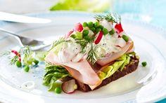 Smørrebrød med skinke og let italiensk salat  Erstat mayonnaisen med skyr og let dine pålægssalater uden at miste fylde og den gode smag.