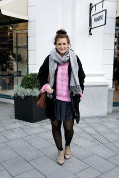Winterlook Outfit black coat pink pullover sweater Hamburg Streetstyle Fashionblog