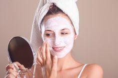 Per sfoggiare una pelle sana anche durante la menopausa, è bene evitare qualsiasi abitudine insalubre e mantenere una buona idratazione