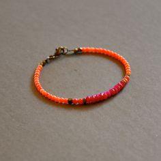 """Bracelet pierres fines roses et perles bronzes : Modèle """"Priska"""" : Bracelet par kanakeis"""