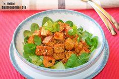 Tofu con miel, sriracha y sésamo.