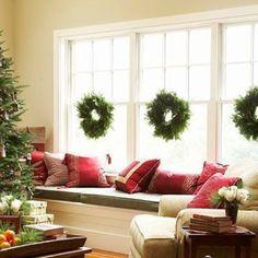 Традиционные рождественские венки лучше смотрятся комплектом, особенно на большом окне. .