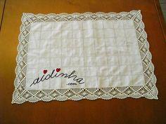 Olá pessoal! Um naperon/caminho de mesa com um picô de crochet, em toda a volta. Um naperon, em linho, com um pequeno bordado e ajour e com um bonito picô ou bico de crochet. ENCOMENDE CLICANDO AQUI  Nesta foto, pode ver-se o picô ou bico de crochet, feito com linha nº 20, f
