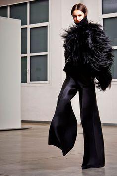 Antonio Berardi  - Pasarela #dresses #dressesgalore #dressesandheels #fashion #style #fashionista #chic #women #runway #fashionstyle #mysymphonyoflife