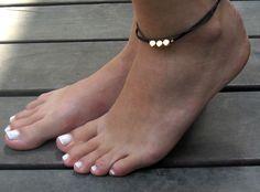 zarte Fußkettchen schwarz mit 3 Goldkügelchen  von Galiis - Classic And Modern Jewelry auf DaWanda.com