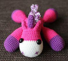 Dit lieve beestje kwam ik tegen bij Little Yarn Friends . Het is een eenhoorn, maar als je de hoorn weg laat, kan het ook een paard zijn......