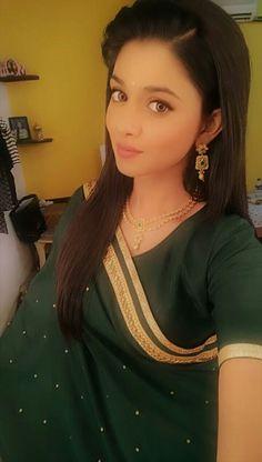 Senior Girl Poses, Senior Girls, Happy Birthday Wishes Photos, Stylish Girl, Indian Beauty, Indian Actresses, Cute Girls, Sari, Pretty