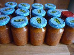 Ďábelská směs na topinky      2 kg rajčat     2 kg paprik     2 kg vepřového plecka nebo libovějšího bůčku /nebo obojí/     6 velkých cibulí     1 hlavička česneku     10 feferonek /nemusí být,když jsou pálivější papriky/     2 dl oleje     1 DEKO na zavařování okurek Home Canning, Spice Mixes, Food 52, Salsa, Food And Drink, Jar, Healthy Recipes, Pizza, Homemade
