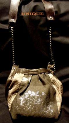 """Un petit sac en bandouyliere tres """"Americain du sud"""". Tres efficace au moment de sortir sans vouloir s encombrer avec un sac à main.realisé en tissus de tapicerie , cuir et chaine.bien evidamment exclusif et unique"""