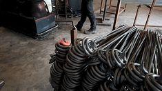 Der Pflanzstab Schnecke wird aus 12 mm starkem runden Vollstahl mit dem Lufthammer geschmiedet. Am unteren Ende befindet sich eine geschmiedete Erdspitze. Der Pflanzstab Schnecke Ø 1,2 x 150 cm Stahl roh wiegt 1,7 kg. Die Erdspitze (im Boden) und das Blatt werden an die Ø 1,2 cm Rundstangen heiß geschmiedet. In den Gasöfen wird der Stahl rotglühend erwärmt und anschließend mit den Luftschmiedehämmern passend zurecht geklopft. Snail, Garden Art, Shade Perennials, Hang In There, Steel, Plants