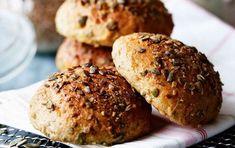 Saftige sandwichboller med græskarkerner og gulerødder - ALT.dk Danish Food, Bread Bun, Sandwiches, Bakery, Muffin, Dessert, Breakfast, Bruges, Lunch Ideas