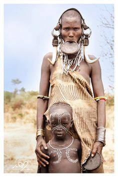 Africa | Mursi mother & child, Omo Valley, Ethiopia | © Suzanne Pijnenburg