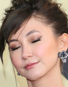 Kimiko Glenn's smoked out cat eye also had us daring to try new eyeliner looks. Kimiko Glenn's winged eyeliner is perfection. She topped it off with a warm gold brown eye shadow and mascara to give her lashes major length. Perfect Eyeliner, Eyeliner Looks, Winged Eyeliner, Pencil Eyeliner, Brown Eyeshadow, Brown Eyeliner, Glitter Eye Palette, Kimiko Glenn, Formal Makeup