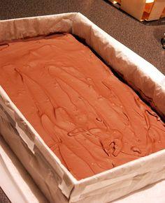 Petits carrés fondants au caramel - Amuses bouche Fondant Au Caramel, Biscuits, Shortbread, Bamboo Cutting Board, Scones, Granola, Dessert Recipes, Fruit, Caramels