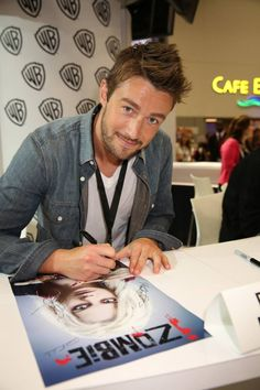 Robert Buckley at the #iZombie Comic-Con Signing 2014