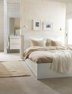 Ο κρυφός αποθηκευτικός χώρος κάτω από το κρεβάτι μας βοηθά να φυλάμε τα πράγματά μας και να κρατάμε το υπνοδωμάτιό μας σε απόλυτη τάξη. Έτσι, μπορούμε ελεύθερα να χαλαρώσουμε και να ξεκουραστούμε!