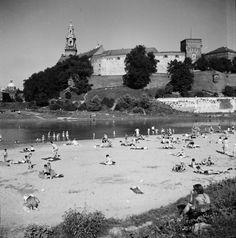 Plażowicze / Plaża nad Wisłą, lata 60. XX wieku. Fot. H. Hermanowicz. Muzeum Historyczne Miasta Krakowa