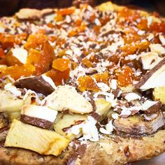 Pizza Doce de Banana, Maçã e Damasco, coberta com Chocolate Preto e Branco com massa de grão de bico e lentilha sem glúten.