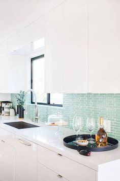 Bright modern home with beach vibe. Obsessed with the pretty turquoise kitchen tile backsplash in this bright modern kitchen design. Beach Kitchens, Cool Kitchens, White Kitchens, Kitchen Backsplash, Kitchen Cabinets, Backsplash Ideas, White Cabinets, Tile Ideas, Kitchen Countertops
