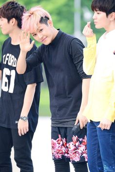 Hoya, you're cute. But why wid your short? Kim Sung Kyu, Kim Sang, Lee Sung, 2ne1, Btob, Hoya Infinite, Kim Myungsoo, Infinite Members, Japanese Singles
