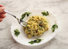 Sałatka z kurczakiem curry to bardzo szybka i łatwa w przygotowaniu potrawa, która świetnie sprawdzi się podczas rodzinnych imprez czy spotkań z przyjaciółmi. Jest to także doskonała propozycja posiłku dla gości, którzy zapowiedzieli się w ostatniej chwili. Na jej przygotowanie potrzebujemy około 20-25 minut oraz zero zdolności kulinarnych. Pomimo banalnie prostego wykonania sałatka smakuje naprawdę dobrze i często znika z naszego stołu w pierwszej kolejności.