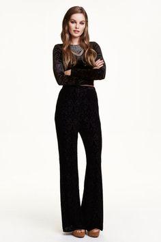 Pantalón de terciopelo: Pantalón ancho de terciopelo con estampado burnout, talle alto, cremallera oculta en un lateral y perneras de campana.
