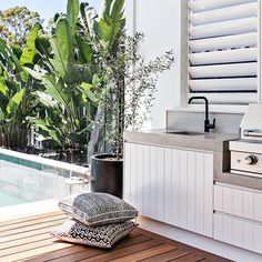 Excellent Private City Garden Design Ideas With Beach Vibes 47 Outdoor Lounge, Outdoor Areas, Outdoor Rooms, Outdoor Dining, Outdoor Decor, Outdoor Bbq Kitchen, Outdoor Kitchen Design, Outdoor Laundry Area, Casa Real