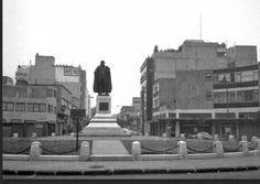 Vista del cruce de Londres y Dinamarca, en la colonia Juárez, alrededor de 1970, cuando aún se encontraba ahí la glorieta con el monumento a George Washington que fue donado por los Estados Unidos durante las fiestas del Centenario de la Independencia de México en 1910. A mediados de la década de los setenta fue trasladado a Chapultepec, aunque este espacio todavía es conocido como Plaza Washington. Muchas de las construcciones de la zona siguen en el mismo sitio.