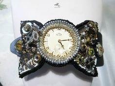 Cerchietto per capelli con decorazione realizzata con tecnica bead embroidery in tipico stile Steampunk...pubblicato sul num.31 della rivista Perlen Poesie...