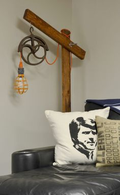 A man-cave worthy standing wooden lamp project using a vintage pulley and scrap wood. Rustic Wood Furniture, Vintage Furniture, Pulley Light, Rustic Floor Lamps, Garage Lighting, Deco Originale, Wooden Lamp, Unique Lamps, Decoration