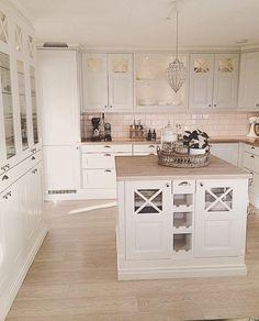 Perfection! Credit: @homeby_linda Marble Interior, New Interior Design, Luxury Interior, Living Room Styles, Stylish Home Decor, Wooden Kitchen, Home Decor Inspiration, Decor Ideas, Beautiful Kitchens
