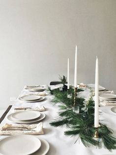 A beautifully simple Christmas table Minimalist Christmas, Modern Christmas, Scandinavian Christmas, All Things Christmas, Simple Christmas, Elegant Christmas, Christmas Aesthetic, Christmas Table Settings, Christmas Wreaths