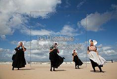Zeeuwse vrouwen op strand