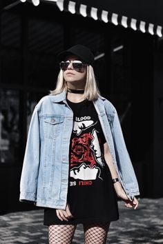 band t-shirt + jaqueta oversized + boné.