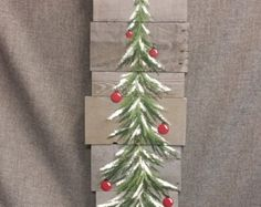 Peint à la main rouge décoration de Noël, cadeaux de moins de 25, branche de pin avec ampoule rouge, bois de grange régénérée, art de la palette, Shabby chic  Peinture acrylique originale sur des planches de bois de grange récupéré.  Cette pièce unique est env. 17 de haut par 5 1/4 de large. C'est une touche personnelle, amusante à ajouter à votre décoration de Noël ou un grand cadeau pour les enseignants. L'ampoule de NOËL peut être commandé dans n'importe quelle couleur!  Toutes mes…