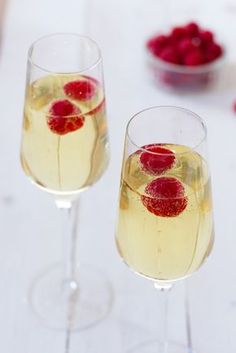 Limoncello and Prosecco Cooler with Raspberry Ice Cubes. I knew there was a reason I bought a bottle of Prosecco and thanks to my sister-in-law and brother-in-law I always have Limoncello in my freezer! Prosecco Cocktails, Cocktail Drinks, Cocktail Recipes, Cocktail Ideas, Champagne Cocktail, Signature Cocktail, Limoncello, Snacks Für Party, Party Drinks