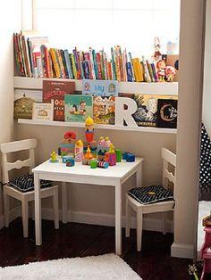 Pequenas bibliotecas ou cantinhos de leitura para as crianças dentro do quarto, dentro de casa por Carol Celico