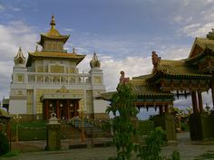 The golden buddhist temple in Elista, Kalmykia, southern Russia (by cruiser-81).