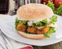 Burger léger au poisson pané sans friture, sauce tartare légère : http://www.fourchette-et-bikini.fr/recettes/recettes-minceur/burger-leger-au-poisson-pane-sans-friture-sauce-tartare-legere.html
