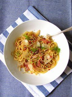 Tra dolce ed amaro: Sommerpasta Teil II: Spaghettini con le cipolle di Tropea caramellate. Mit karamellisierten Zwiebeln und Fenchelgrün