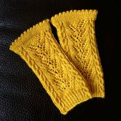 Ravelry: Draupnir pattern by Lanja Khon-Engheim Fingerless Mittens, Knitted Gloves, Knitted Bags, Wrist Warmers, Lace Knitting, Free Pattern, How To Memorize Things, Ravelry, Gold Rings
