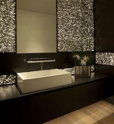 Elegancka łazienka w stylu glamour - nietypowe podświetlenie, dbałość o szczegóły, ponadczasowe zestawienie czerni z naturalnym drewnem. Nowoczesna łazienka w rezydencji Rockledge w Kalifornii.